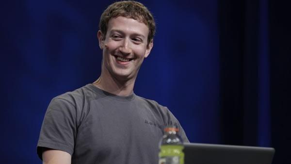 Mark Zuckerberg se protege de los hackers con cinta adhesiva