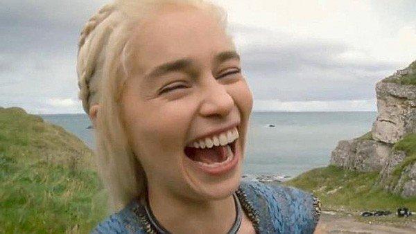 Juego de Tronos: Emilia Clarke trolea a un compañero de reparto dormido