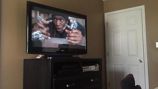 Un actor compra una película pirata y ve que el propio vendedor es quien la recrea