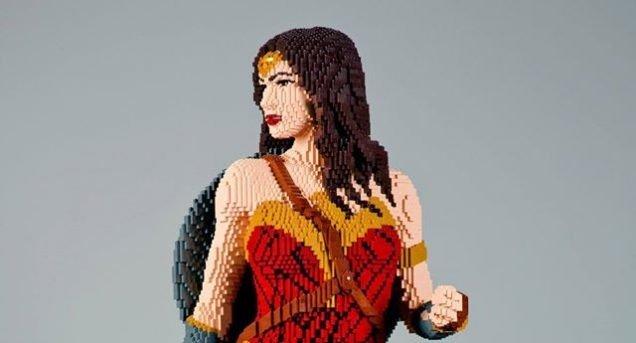 Crean una Wonder Woman con 22.000 bloques de LEGO