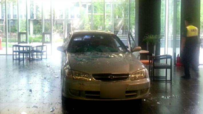 Un hombre estrella su coche contra una compañía de videojuegos por