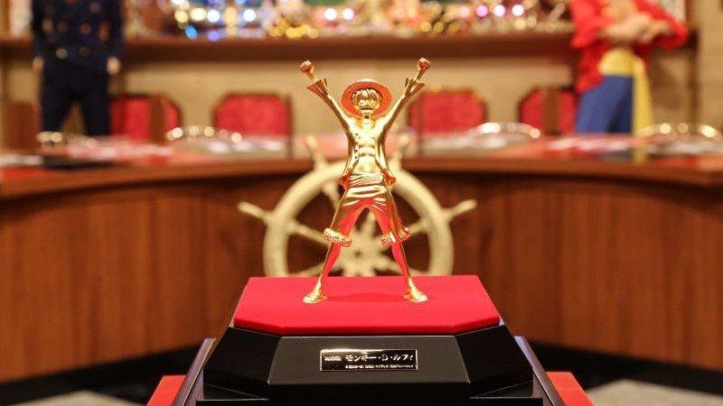 One Piece celebra el estreno de su nueva película con dos estatuas de oro