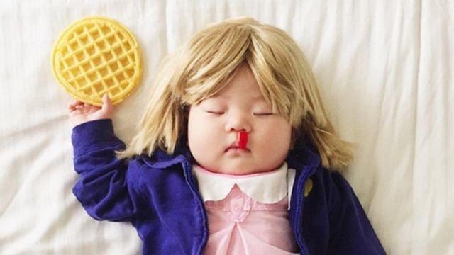 Este bebé hace mejores cosplays que nadie, y los hace durmiendo