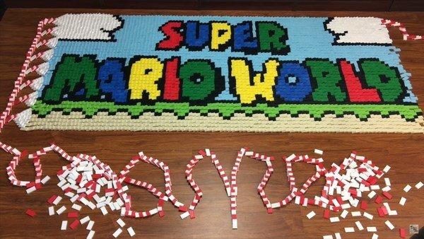 Super Mario World: Un usuario de YouTube crea alucinantes composiciones con miles de piezas de dominó