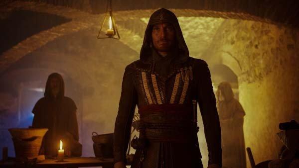 Assassin's Creed: Michael Fassbender conoce a un misterioso personaje en el nuevo clip de la película