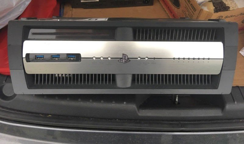 Un estudio quiebra y un usuario compra su PlayStation 4 y su kit de desarrollador