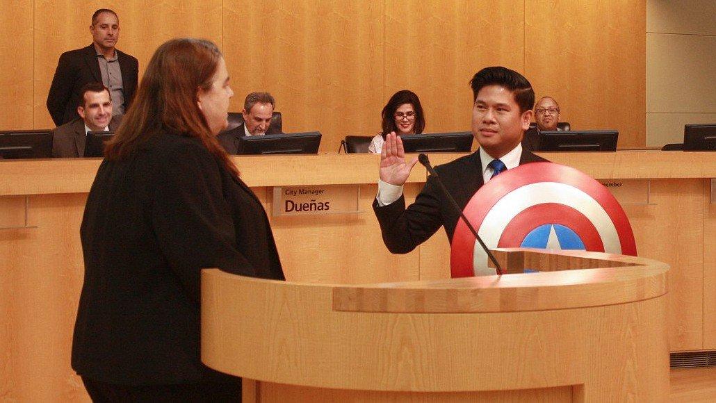 Capitán América: Un concejal jura el cargo con el escudo del superhéroe