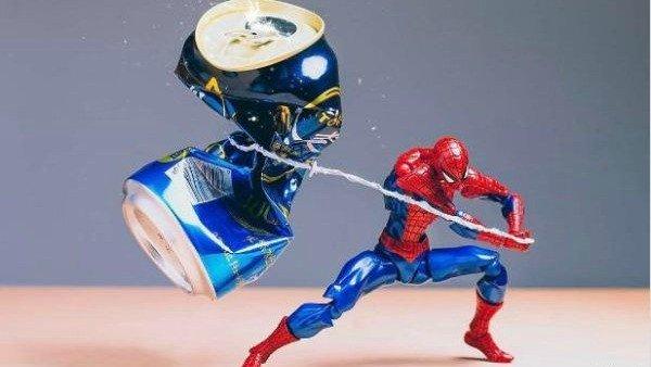 Así pasan el rato las figuras de acción de los superhéroes