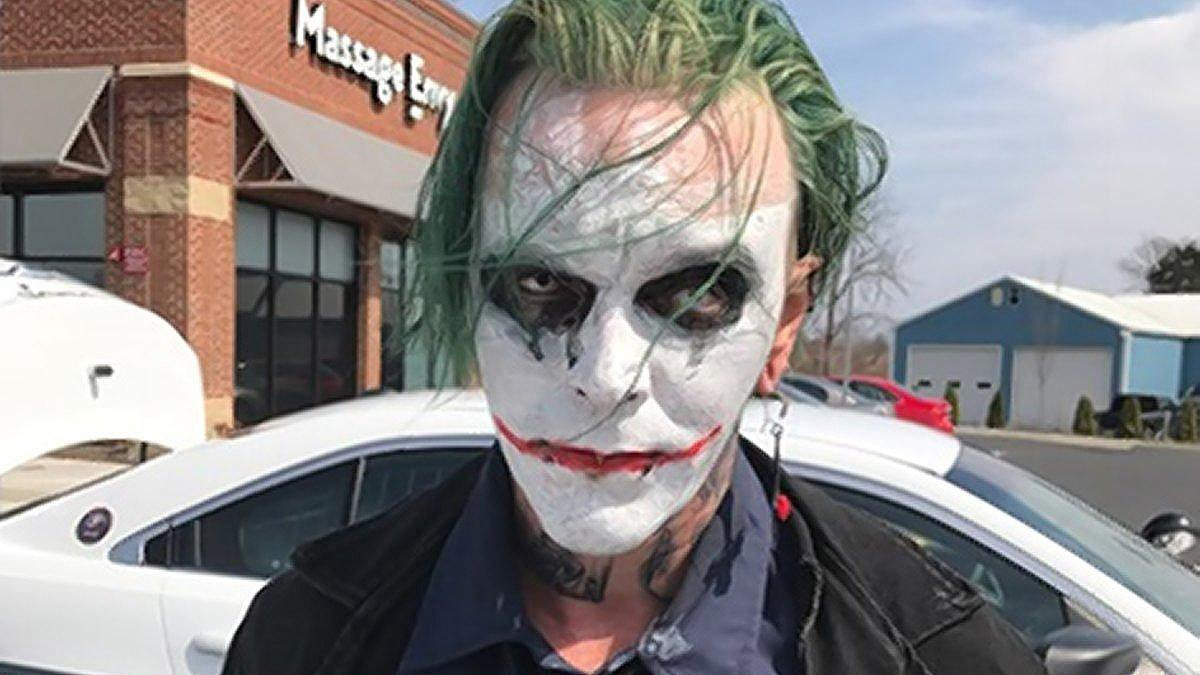 Batman: Arrestan a un hombre disfrazado del Joker que deambulaba por las calles con una espada