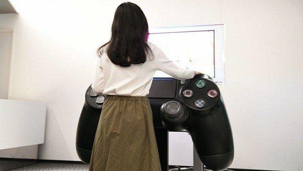 Este es el mando de PlayStation 4 más grande que puedas haber visto