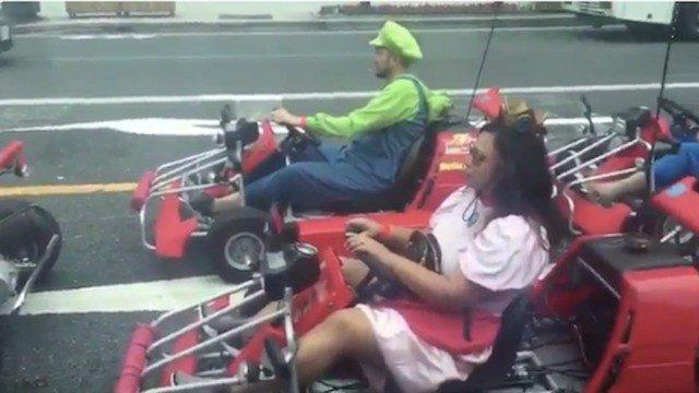 Hugh Jackman se topa con una carrera de Mario Kart en la vida real