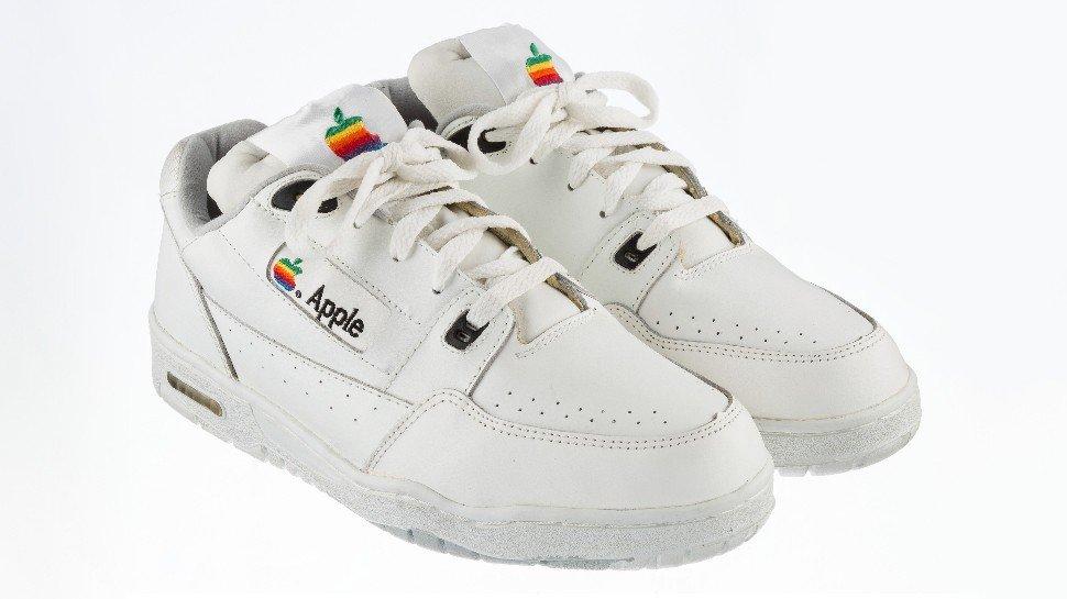Un par de zapatillas vintage de Apple salen a subasta por un montón de dinero