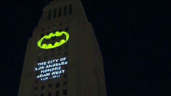 Batman: Los Angeles proyectó la batseñal para homenajear a Adam West