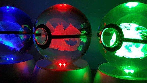 Pokémon: Un artista crea unas pokéball de cristal con diferentes Pokémon en el interior